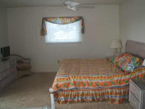 Master Bedroom Kingsize Bed. Beautiful views off Deck