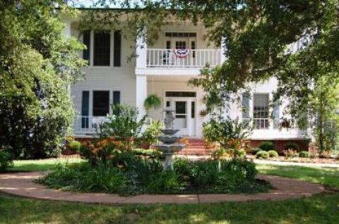 Holly Tree Manor - Bed and Breakfast in Memphis