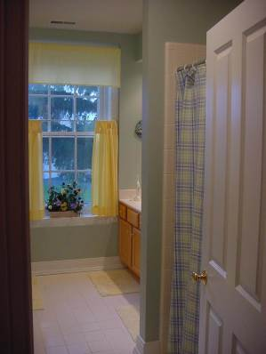 hall bath room shared by other bedrooms