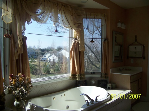 nice sunny 2 person tub  views of both mountain ranges