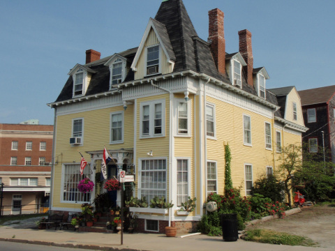 The Burbank Rose (Newport Bed & Breakfast) - Bed and Breakfast in Newport