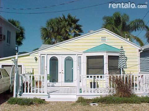 The Little Yellow House at the Beach - Vacation Rental in North Redington Beach