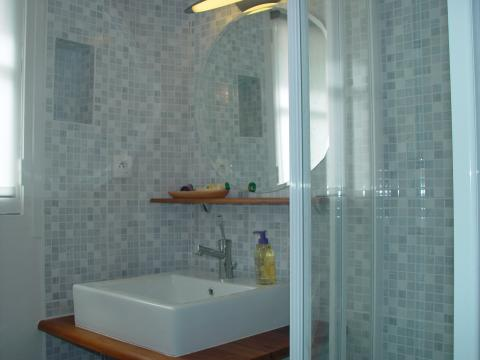 Shower room with shampoo, body lotion and Yves Rocher soaps provided - Paris Vacation Apartments