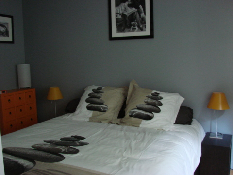 King size bed - Paris Vacation Apartments