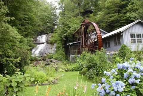 Historic Sylvan Falls Mill Bed & Breakfast - Bed and Breakfast in Pine Mountain