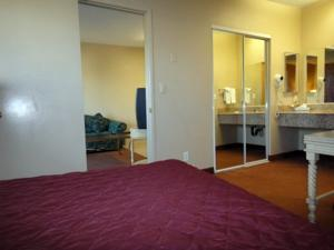 TRAVELERS INN  Suites / Kitchens - San Diego South