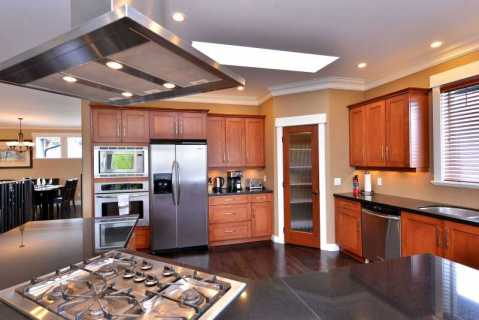 Fully equipped large kitchen space.